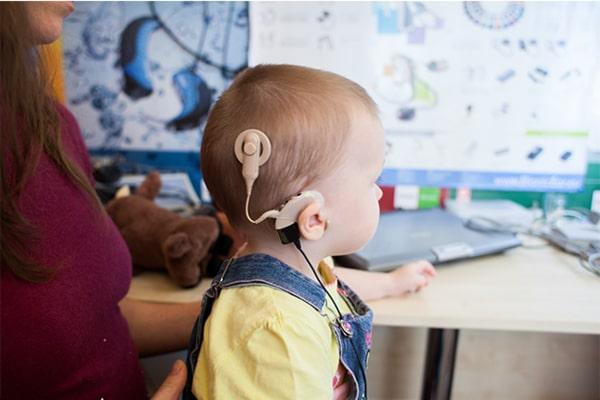 Теперь глухие дети живут в новой эпохе – эпохе кохлеарной имплантации