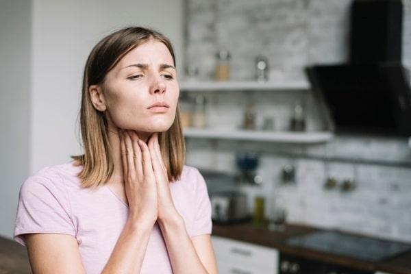 Почему может возникать ощущение кома в горле?