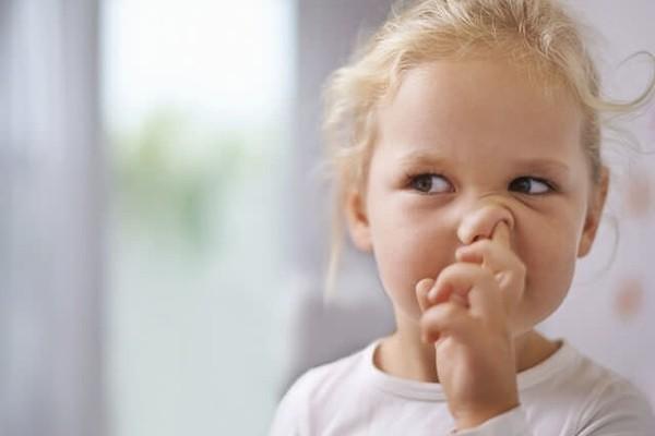 Как понять, что у ребенка в носу инородное тело, и что делать?